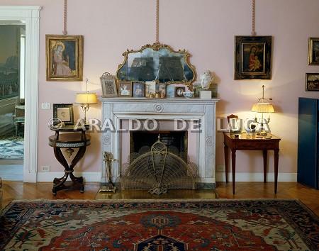 Salotto con camino e un dipinto di neri di bicci 5734 for Salotto con camino